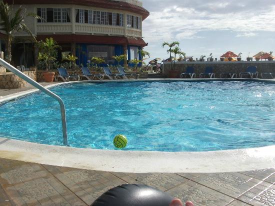 Samsara Cliffs Resort: The pool area