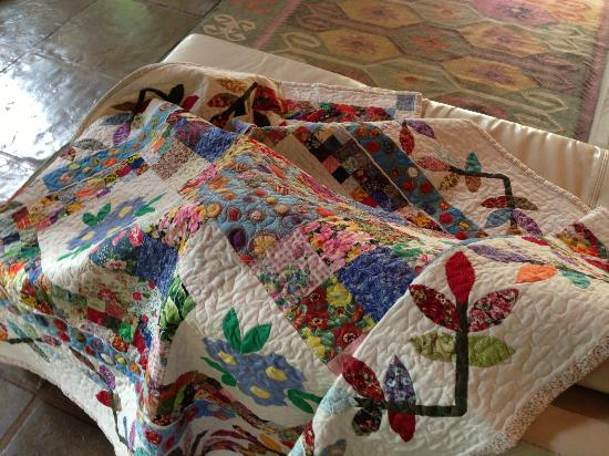 Aasvoelkrans Bed and Breakfast: One of Jeanne's quilts