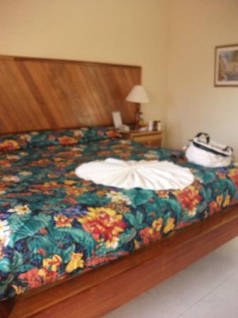 Samsara Cliffs Resort: the huge bed