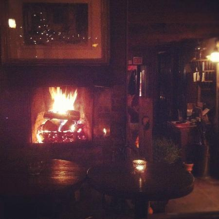 Race Brook Lodge: Cozy fire at Stagecoach Tavern