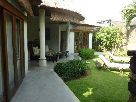 Villa Orchid Bali: Outdoor living/dining room area