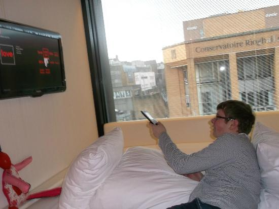 citizenM Glasgow: Bed and telly
