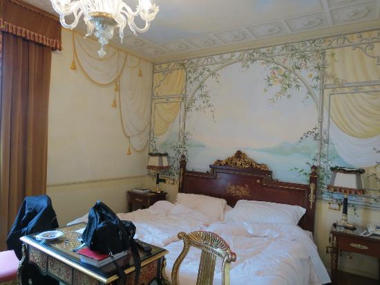 Grand Hotel Des Iles Borromees: The room we had at Hotel Borromees with the painted walls
