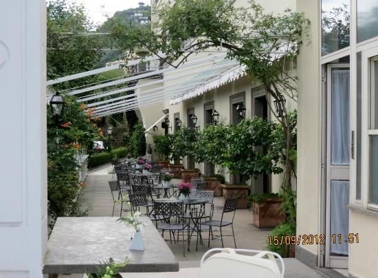 Grand Hotel Cocumella: lovely area for lunch or coffee