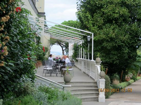 Grand Hotel Cocumella: restaurant, cafe for coffee and lunch
