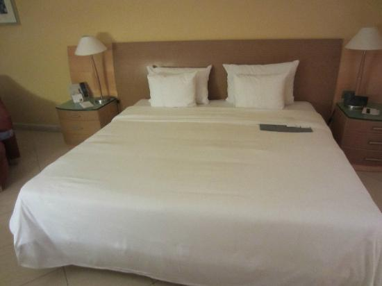 Le Meridien St. Julians : bed