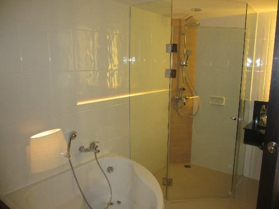 Novotel Phuket Vintage Park: Bathroom1