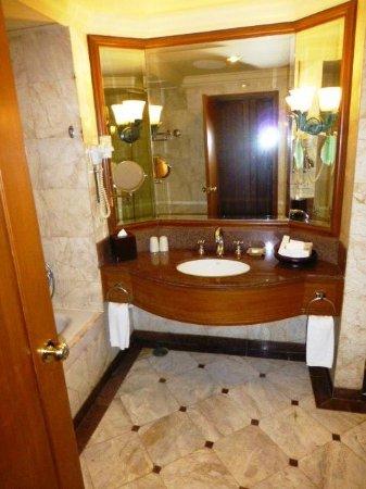 Swissotel Le Concorde Bangkok: bath