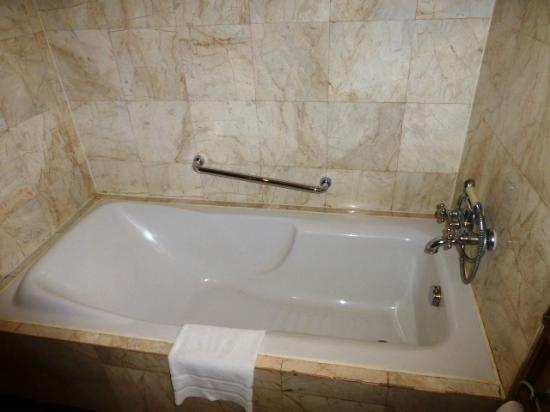Swissotel Le Concorde Bangkok: nice bathtub