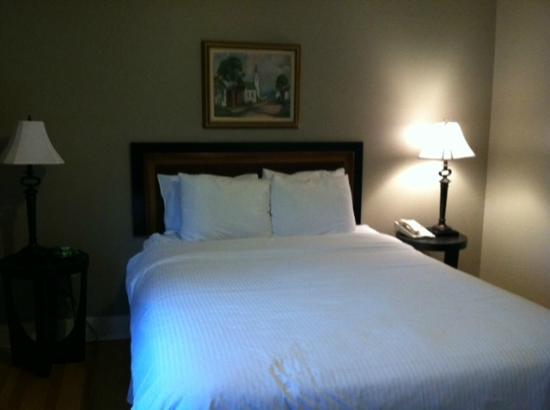 Woodbound Inn: Queen bed