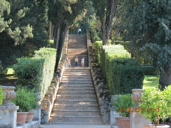 There are a lot of stairs picture of villa d 39 este for Jardin tivoli