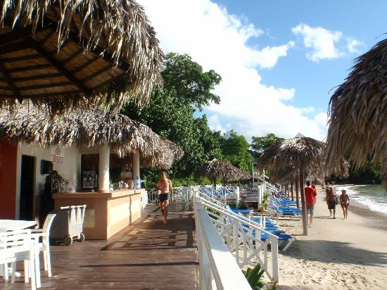 Grand Bahia Principe Cayacoa: Beach bar at Cayacoa main beach
