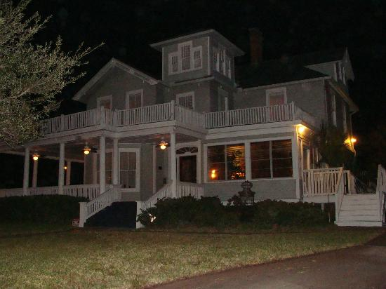 August Seven Inn Luxury Bed and Breakfast: Great nightime pic of the Inn