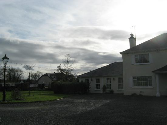 Ballaghmore, Irlandia: View from front drive towards our room on the left wing 11/13/12