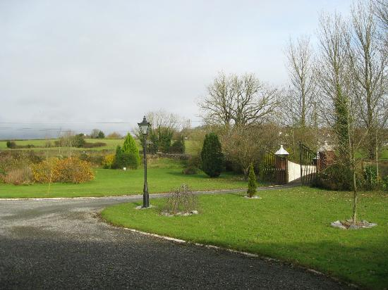 Ballaghmore, Irlandia: View from our room out to the road 11/13/12