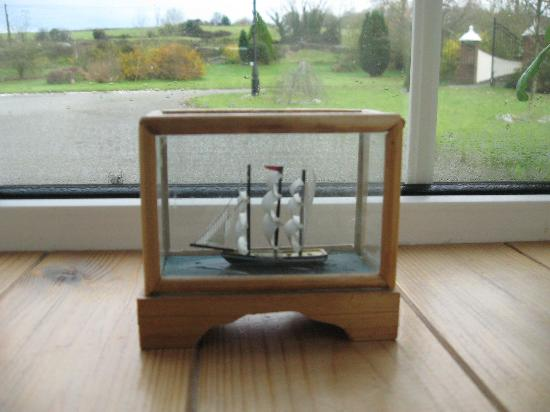 Ballaghmore, Irlandia: the tiny ship on our windowsill 2012