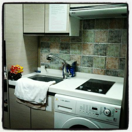 KW Pencil Hostel : electric stove & sink
