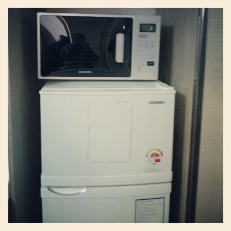 KW Pencil Hostel : microwave & 2-door refrigerator