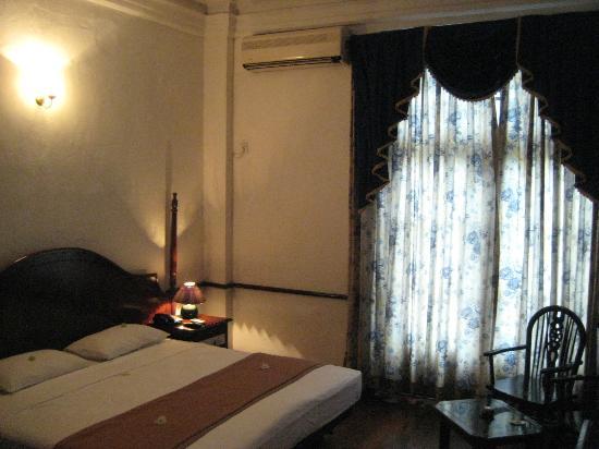 Queen's Hotel: Room 214