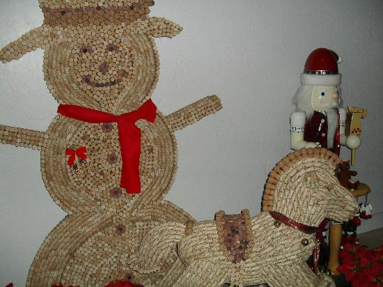 Gray Ghost Winery: snowman cork display