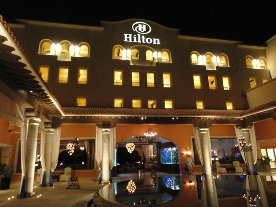 Hilton Los Cabos Beach & Golf Resort: Main entrance (night photo)