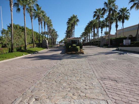Hilton Los Cabos Beach & Golf Resort: Gated security entrance.