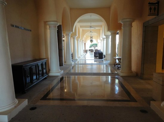 Hilton Los Cabos Beach & Golf Resort: Corridor near Las Montanas ballroom within the Hilton.
