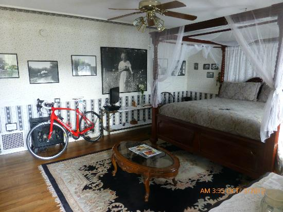 Old Yacht Club Inn Vacation Rentals: Nice room