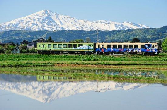 Yurihonjo, Japan: 5月 鳥海山が最も美しいと言われる季節。田の水鏡と花が美しい季節です。