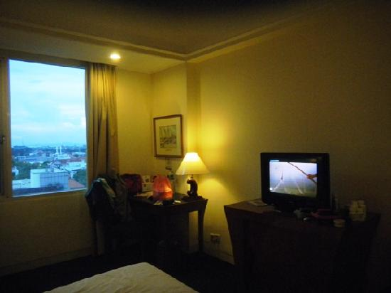 Arcadia Surabaya Hotel: small room with a small tv