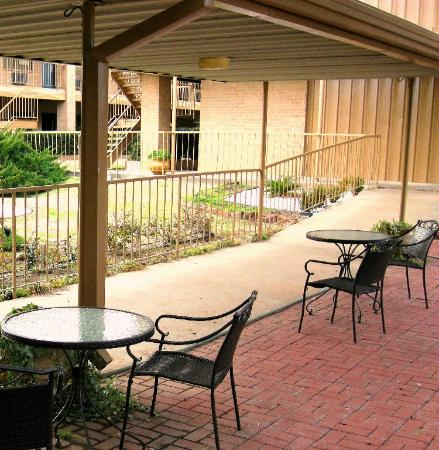 Crockett, TX: The Courtyard