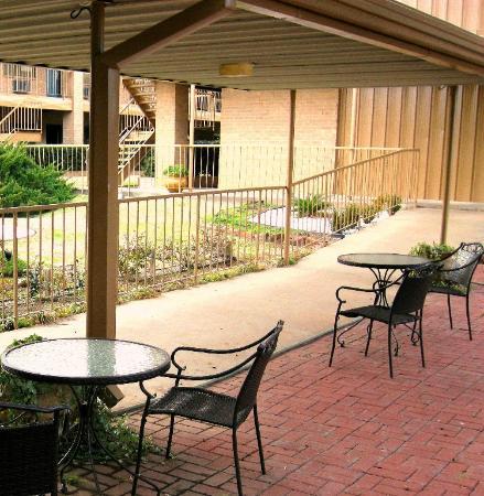 Crockett, Teksas: The Courtyard