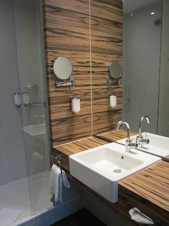 H4 Hotel Muenster: Bathroom, clean and spacious!