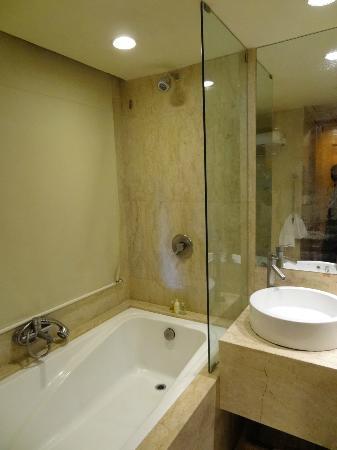 เรดิสสัน บลู รีสอร์ท แอนด์ สปา อลิพาฆะ: Radisson Blu at Alibaug - the bathroom