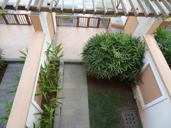 เรดิสสัน บลู รีสอร์ท แอนด์ สปา อลิพาฆะ: Radisson Blu at Alibaug - the ground floor rooms' garden