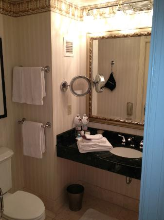 Omni San Francisco Hotel: Spacious Bathroom