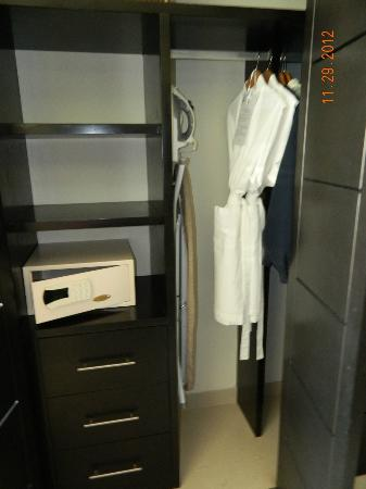 Marival Residences Luxury Resort Nuevo Vallarta: Safe and closet.