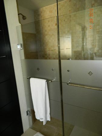 Marival Residences Luxury Resort Nuevo Vallarta: Shower.