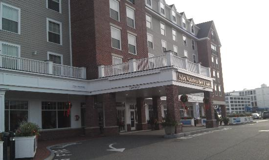 Salem Waterfront Hotel & Suites: front of hotel