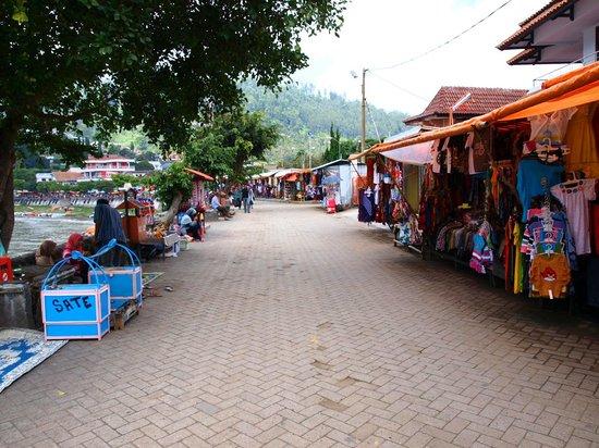 Magetan, Indonesia: Pedagang di tepian telaga
