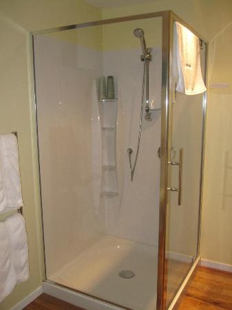 Bellrock Lodge: large stand up shower