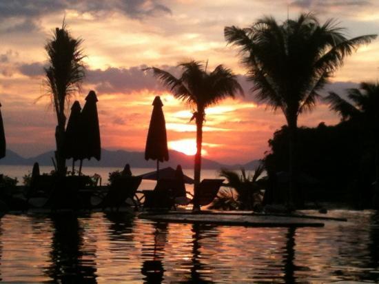 Beyond Resort Krabi: Sunset at pool