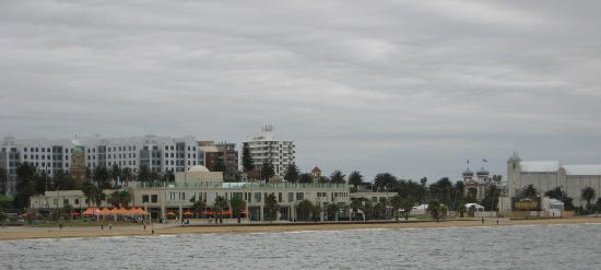 ‪نوفوتيل سانت كيلدا: St Kilda Beach, Luna Park & The Palais with Novotel background left