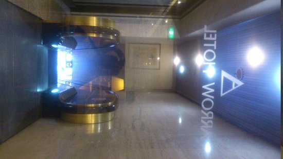 Arrow Hotel: escalator to hotel,hotel at L2