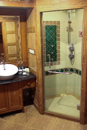 Khum Phaya Resort & Spa, Centara Boutique Collection: Bathroom with amazing shower