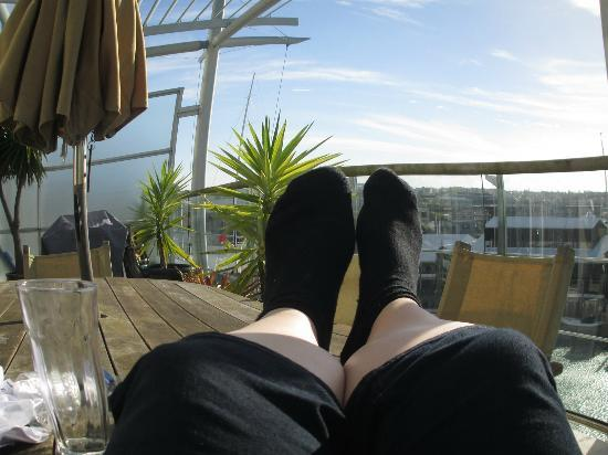 Auckland Waterfront Serviced Apartments: Relaxing on the deck - overlooking the Viaduct