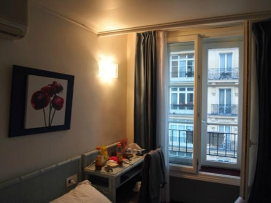Hotel Diana: 小さな窓と机があります
