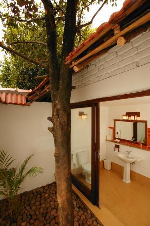 Kurumba Village Resort: outdoor bath