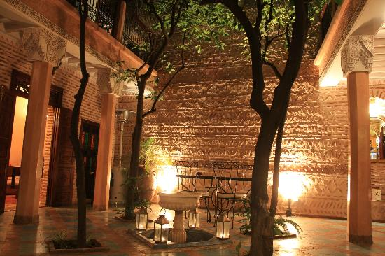 Riad Louaya : the patio at night