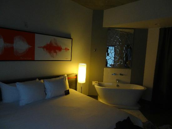 HotelRED: Inviting bedroom area